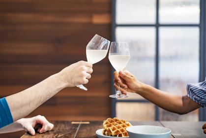 乾杯する男女(恋人・夫婦)のイメージ写真