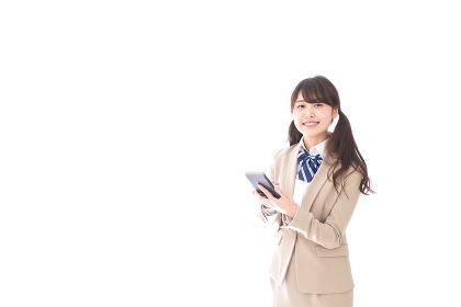 スマートフォンを使う制服姿の学生