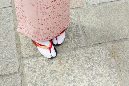 着物を着た女性 足元