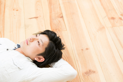 床に寝る男性