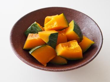 信楽焼の皿に盛り付けたかぼちゃの煮つけ