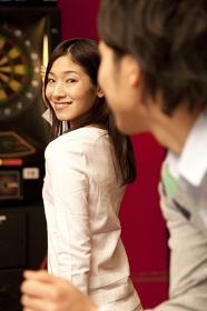 ダーツゲームをする男女