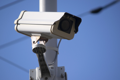 屋外に設置された監視カメラ