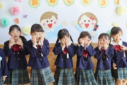 変顔をする幼稚園児の女の子