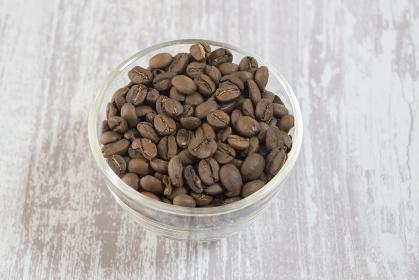 ガラスの容器に入っているコーヒー豆