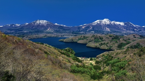 長野県・信濃町 新緑の黒姫山と妙高山と野尻湖の風景