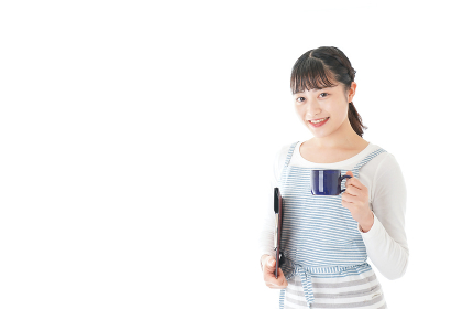 飲み物を運ぶ若いカフェスタッフ
