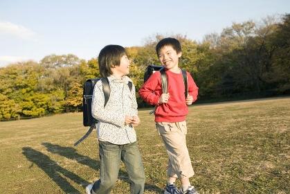 友達同士で下校する小学生
