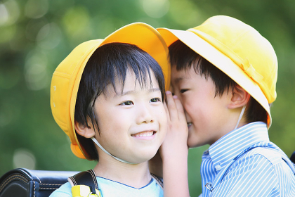 公園で内緒話している日本人の小学生たち