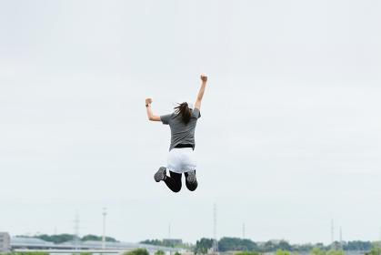 運動する女性のイメージ(上昇・勢い・飛翔)
