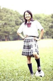 サッカーをする女子高校生