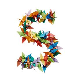 白バックに折り紙の鶴で作った数字の5