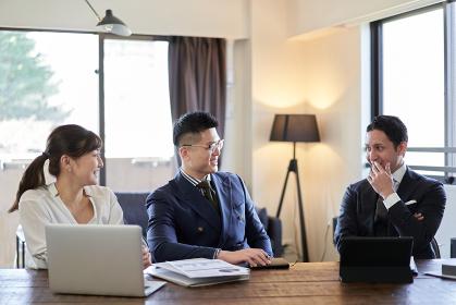 笑顔で会話をするアジア人とラテン人のビジネスパーソン