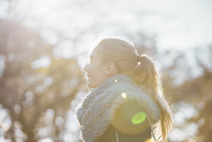 公園を散歩する女性