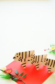 年賀状に使える松竹梅飾りと折り紙のホワイトタイガー3頭縦構図