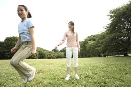 縄跳びする親子