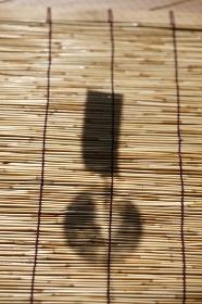 スダレと風鈴の影