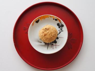 朱塗り盆の骨董皿にのったきなこのおはぎ