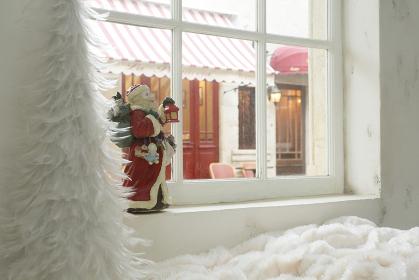 クリスマスの飾りと窓からの街並み