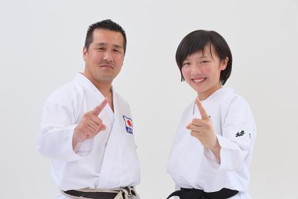 空手着を着た日本人