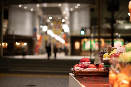夜の地方都市の街並みとリンゴ (福岡県北九州市)