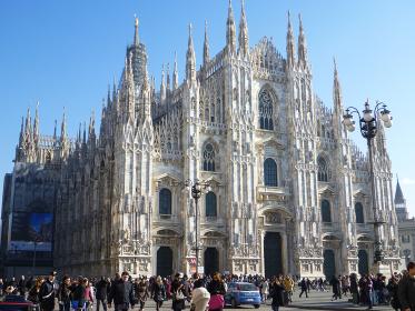 イタリア・ミラノ大聖堂にてドゥオーモの奥行きを感じる全体像