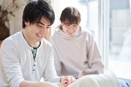 赤ちゃんと遊ぶアジア人の夫婦