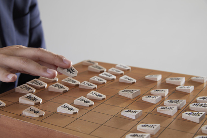 将棋を指す棋士の手元