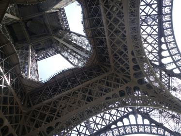 フランス・パリにてランドマークのエッフェル塔の鉄骨部分クローズアップ