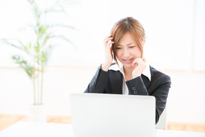 パソコンを見る女性 考える ビジネス