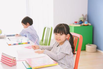 子供部屋で勉強をする兄妹