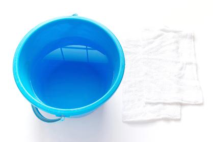 拭き掃除道具 水の入ったバケツと2枚の雑巾
