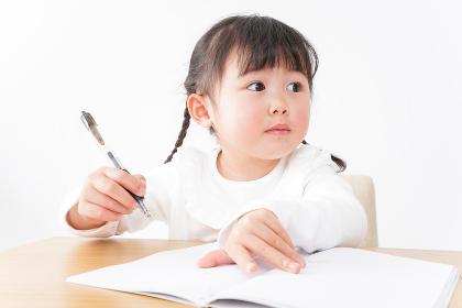 ひとりで勉強をする子ども
