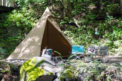 豊かな自然の中のテント(キャンプ・旅のイメージ)