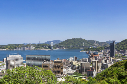 五月晴れの関門海峡と関門橋と門司港市街地