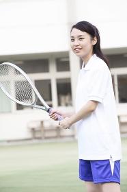 テニスラケットを持った女子高校生