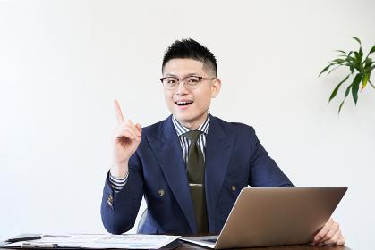 仕事でアイデアを出すアジア人ビジネスマン