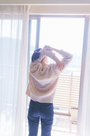 朝起きて日光浴びてストレッチ【若い女性の健康的なライフスタイル】