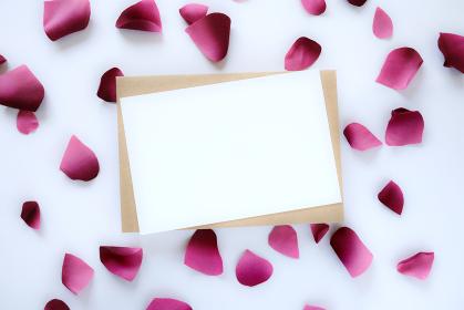 ピンクの花びらに囲まれたカード 3