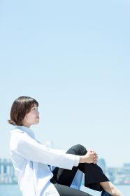 空を見上げる白衣の女性