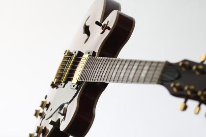 ピントの柔らかい明るいエレキギターのアップの写真