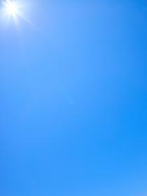 太陽と青空の背景素材