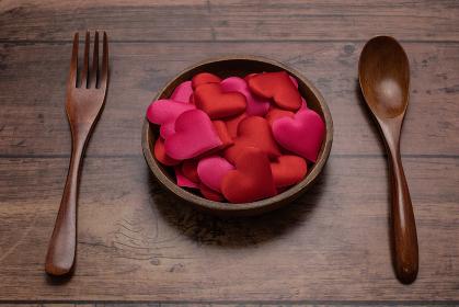 木製食器とハート型のスポンジ