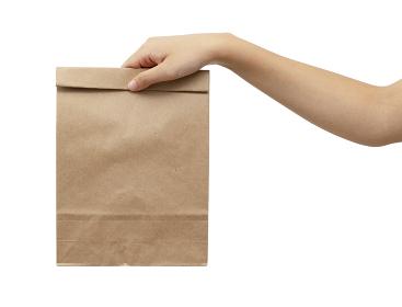 ペーパーバッグを持つ女性の手
