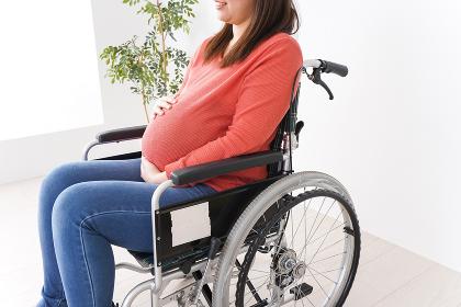 車いすに乗る妊婦