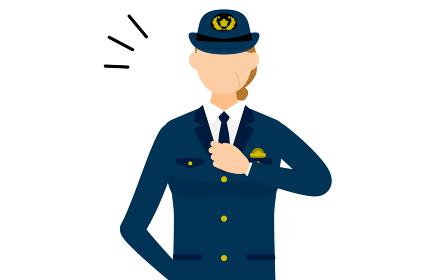 シニア女性警官のポーズ、胸を叩く