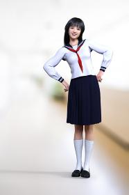 廊下で可愛く腰に手を当てて体を斜めに傾けるセーラー服を着た学生