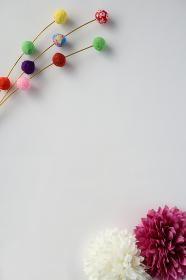 正月イメージ ちりめんで作った餅花と菊の造花 5 縦位置 白背景