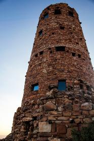 アメリカ・アリゾナ州のグランドキャニオンにて赤茶色の円形の高い塔