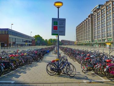 自転車大国オランダのアムステルダム市街地に並ぶ大量の自転車